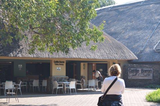 Skukuza, South Africa: Restaurante à direita e lanchonete à esquerda.