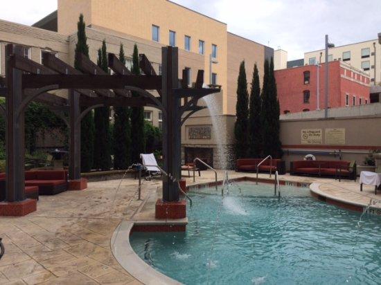 Hampton Inn & Suites Chattanooga / Downtown: Courtyard & Pool at Hampton Inn
