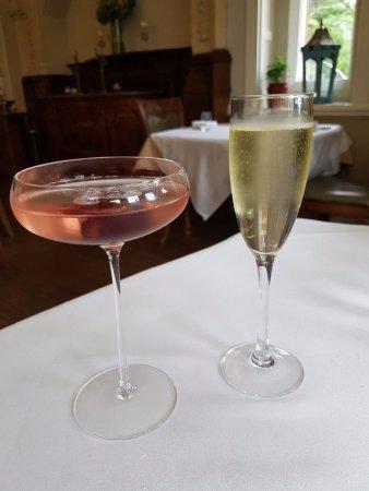 Almondsbury, UK: Berwick lodge cocktail and a bellini