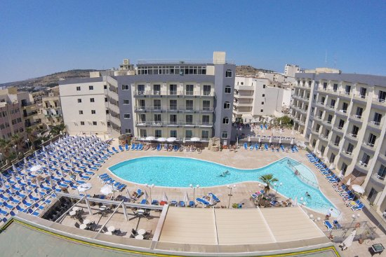 The outdoor pool with dozens of sunbeds picture of topaz for Hotels malte