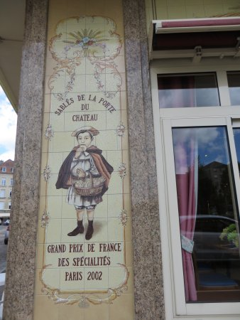 Falaise, Frankrijk: Tiles at front of restuarant.
