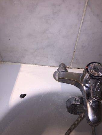 Mercure Perpignan Centre: Photos de la salle de bain. Une horreur indigne de tout hotel et surtout d'un pseudo 4 étoiles