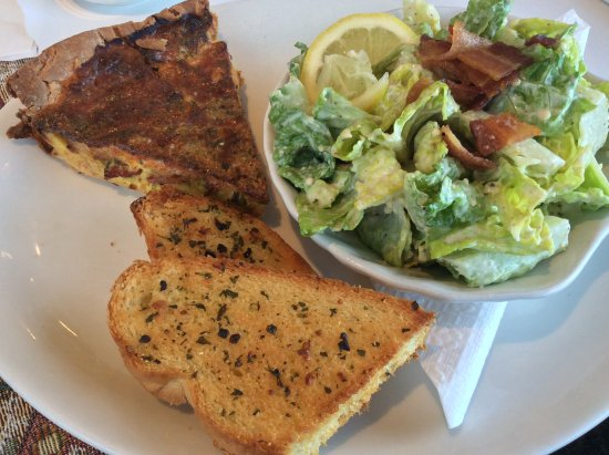 Harbourview Marina & Cafe: Home made quiche, Caesar salad and garlic bread