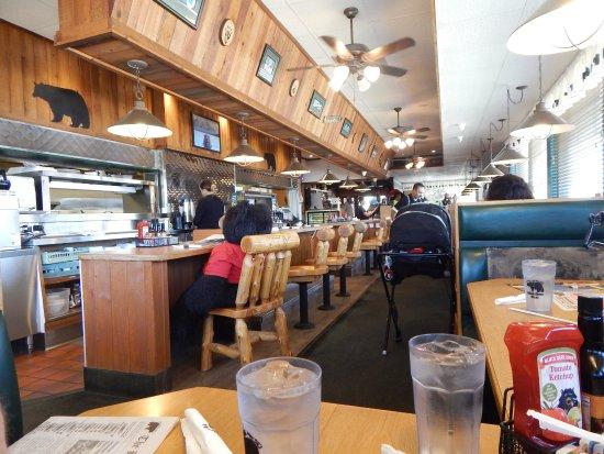 Porterville, Californië: Looking toward the front door inside the Black Bear Diner.