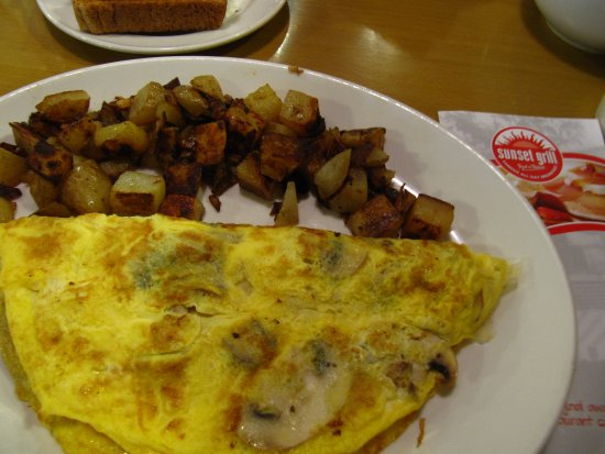 Brantford, Kanada: A wonderfully tasty omelet with true hash browns and a side of toast.