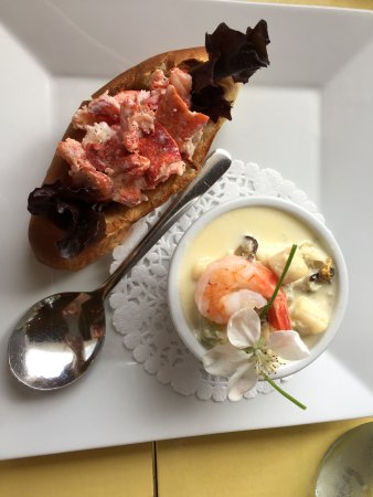Chester Basin, Canada: Lobster roll and seafood chowder combo