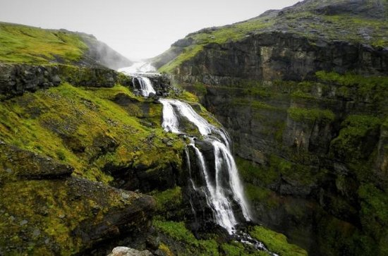 アイスランド最大の滝Glymurの頂上へのハイキング旅行