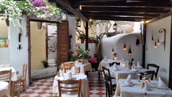 Candouni Restaurant : A section of the courtyard dining