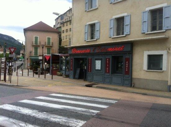 Serres, Francia: gezicht op het café-restaurant, met links het terras