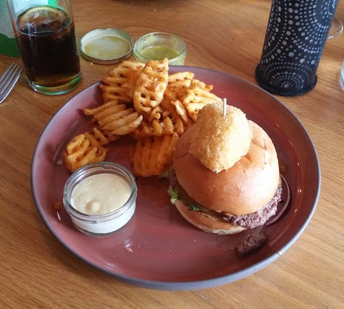 Uno: Camembert burger with waffle fries