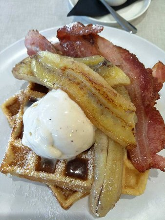 Indooroopilly, Austrália: Caramelised banana with bacon, maple syrup, ice-cream and waffles.