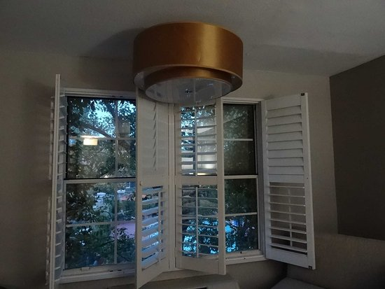 Ivy Hotel Napa: Off-kilter light fixture blocks shutters from opening fully