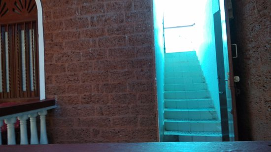 Tropicano Beach Resort: stairs to second floor