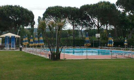 Terontola, Italia: Zwembad Baddia op 1km afstand aan Lago Trasimeno