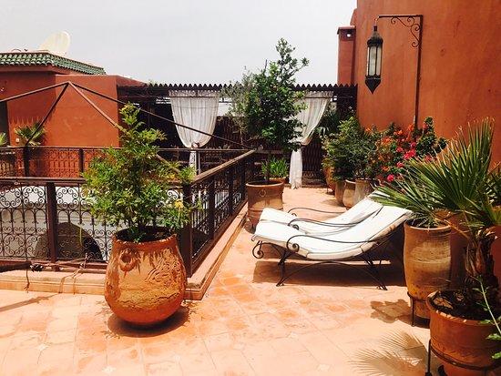 Riad Ailen : Fantastiskt ställe! Rekommenderas verkligen. Vackra miljöer, trevliga hosts, bra service, mitt i