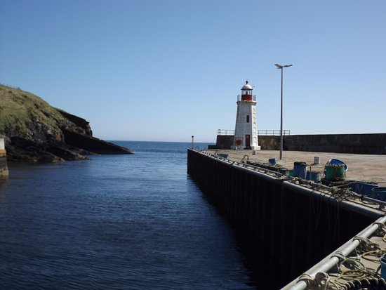 Lybster, UK: Lighthouse at end of the harbour