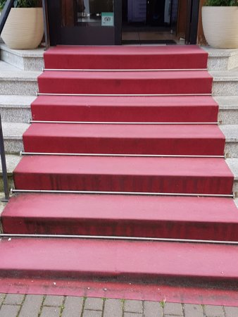 Roter Teppich im Eingangsbereich: sehr einladent - Picture of ...