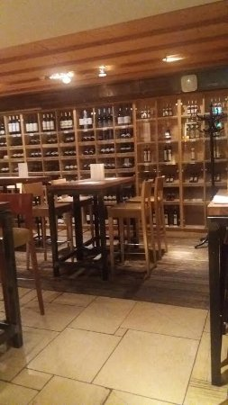 Meinl am Graben: nette Tische in Barform laden zu trinken und verweilen ein