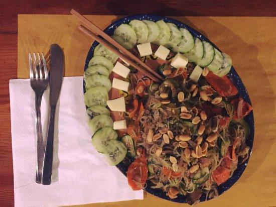 Pari, Italy: Thai Noodles con verdure cetrioli e noccioline!