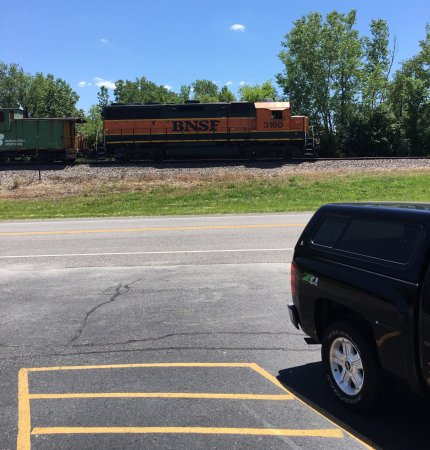 Lenexa, KS: The BNSF stops the train for Haywards BBQ!!