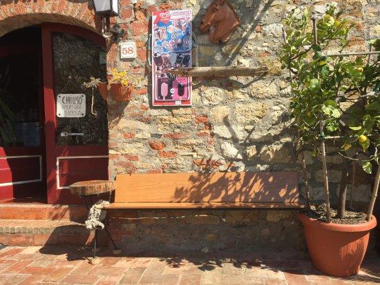 Pari, Italy: Visione esterna del locale
