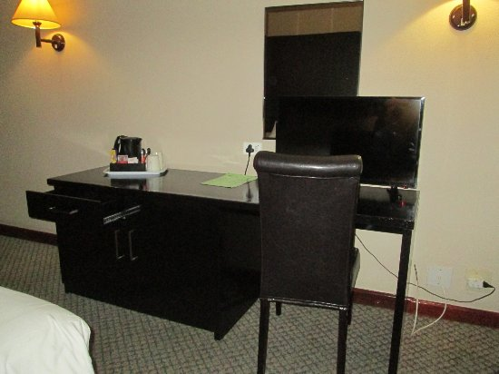 Oudtshoorn Inn Hotel and Conferencing Centre: TV-Gerät, Schreibtisch