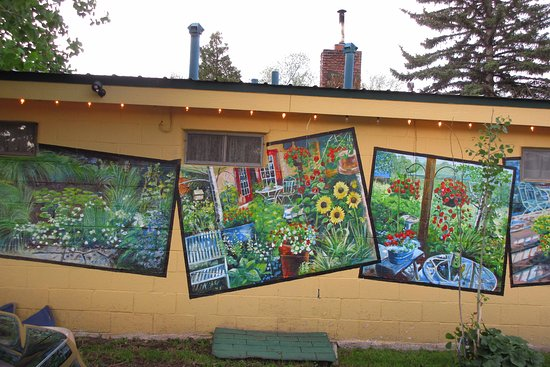 The Courtyard Country Inn: Colorful murals painted on the wall facing the parking lot!