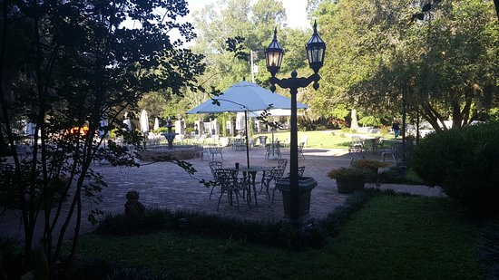 The Myrtles Plantation : Great patio to sit and enjoy the beautiful location.