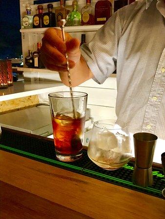 Pounta, Grécia: Preparing premium cocktails in our Sunset Bar