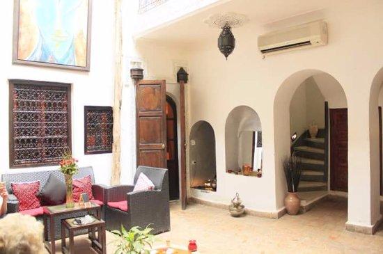 Riad Dar Khmissa Marrakech: Salon accueil