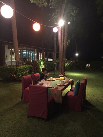 Lipa Noi, Thailandia: diner in the garden