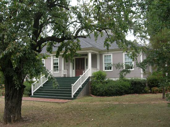 Old Mulberry Inn and Cottages: The Old Mulberry Inn is built in a  Greek Revival southern plantation style.