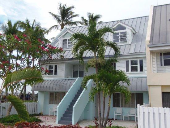 Treasure Cay Beach, Marina & Golf Resort: Bougainvillea - 3rd floor is bedroom, 2nd floor is living area, 1st floor is a different room