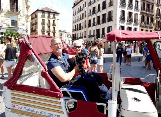 Tuk Tour Madrid: Luiz, Gracia y su perro Black
