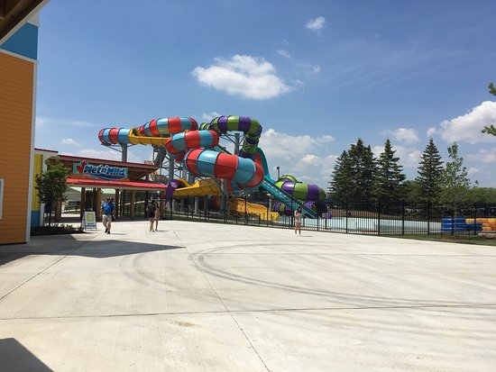 Brampton, Kanada: New water slides by the entrance, shot while waiting in line to get our new wrist bands which ha