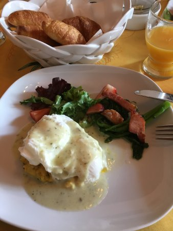 فيا فينيتو: Breakfast - poached eggs on polenta w/ sausage