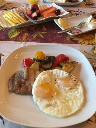 فيا فينيتو: Breakfast - fried eggs w/ grilled vegetables and pork loin