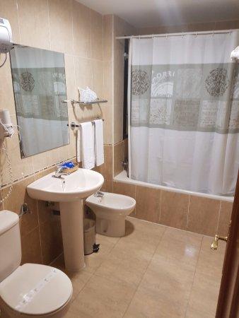 Hostal El Mirador: detalle del baño