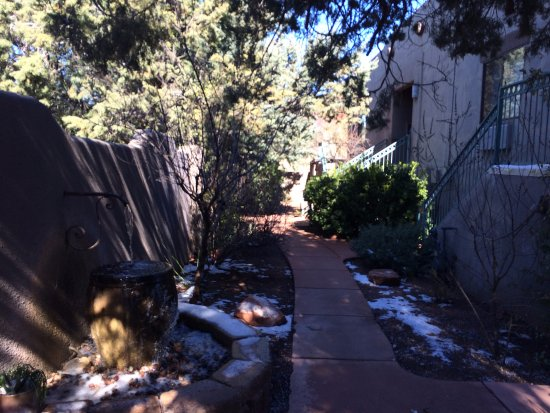 Southwest Inn at Sedona: The pathway to get to our room - even in winter with snow it was quaint and beautiful