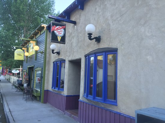 Minturn, CO: sidewalk along side of the restaurant