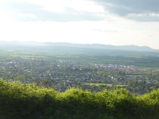 Cleeve Hill, UK: Beautiful view of the valley and the Malvern Hills