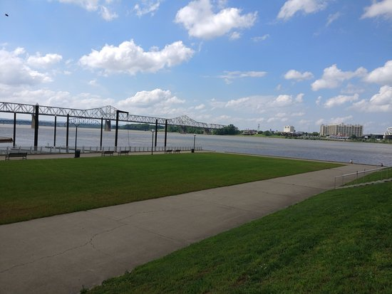 Louisville Waterfront Park : View of I-64 on the left