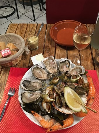 Mixed seafood for one person oysters, snails, mussels, scampi = 23,00€