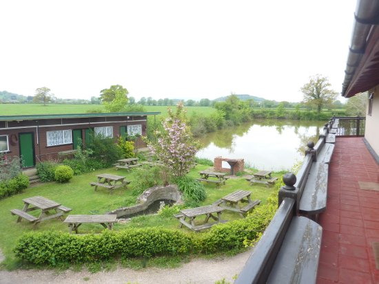 Hartpury, UK: View on the lake and the picnic area