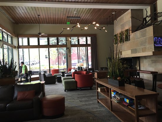 The Limelight Hotel: Lobby with cozy fireplace and comfy chairs!