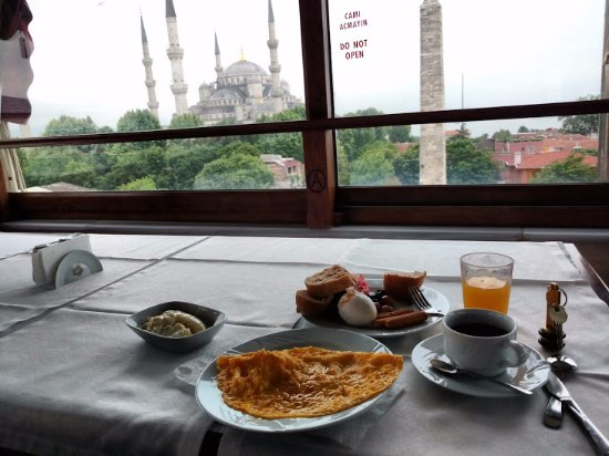 Alzer Hotel: Breakfast room with view of Hagia Sophia and the Blue Mosque