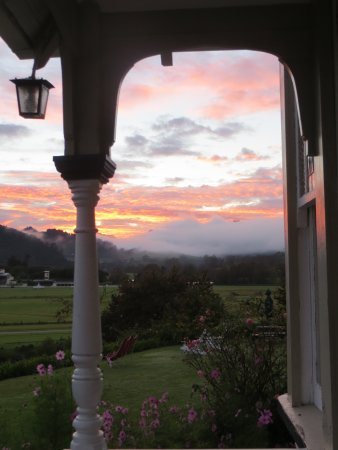 Cotswold Cottage: Autumn sunrise over the mountains