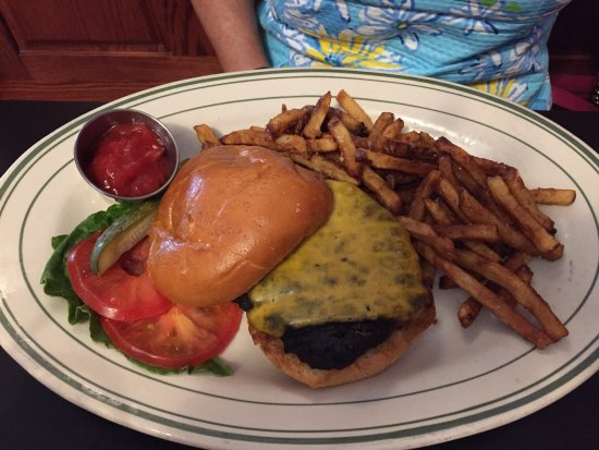 Northfield, Μινεσότα: Charred, dry, over cooked burger with over cooked fries