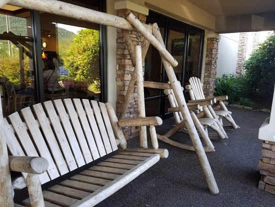 Quality Inn & Suites University: Swing and rocking chairs