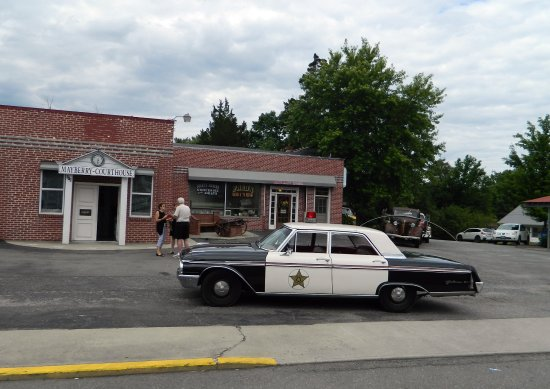 Mount Airy, NC: Courthouse and Barney's squad car